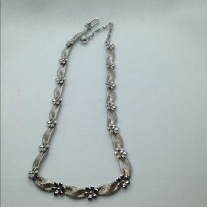 Jewelry - Cute Floral necklace in silver tone